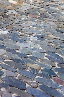 Dekoratives bodenmuster aus ovalen steinen