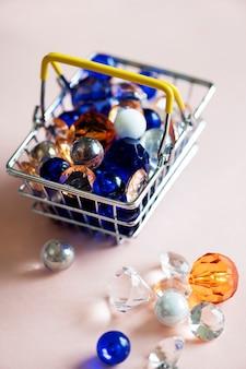 Dekoratives glas in einem einkaufskorb