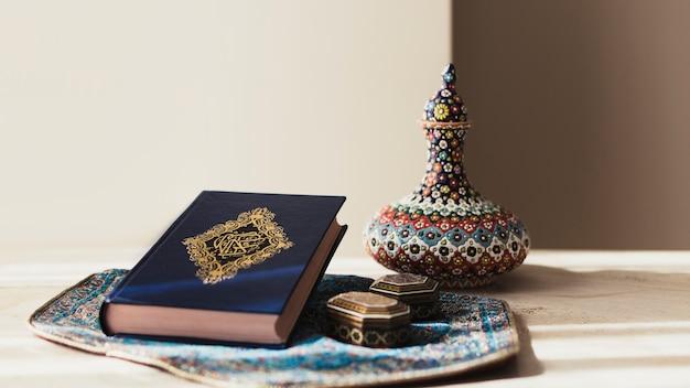 Dekoratives ramadan-konzept mit koran