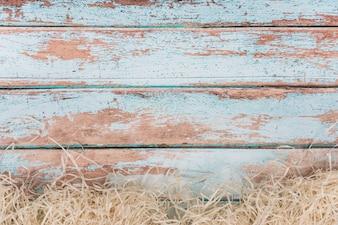 Dekoratives Stroh auf blauem Holztisch