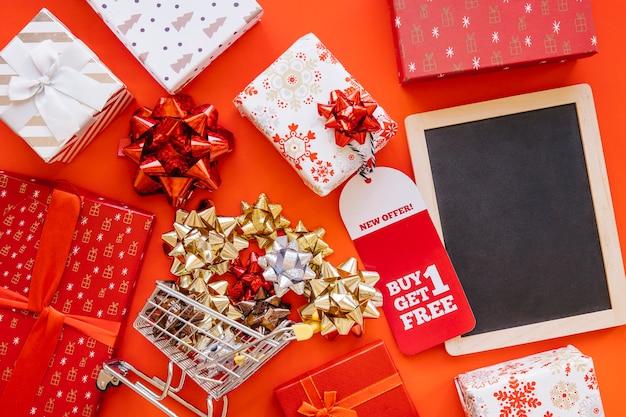 Dekoratives weihnachtseinkaufskonzept mit schiefer