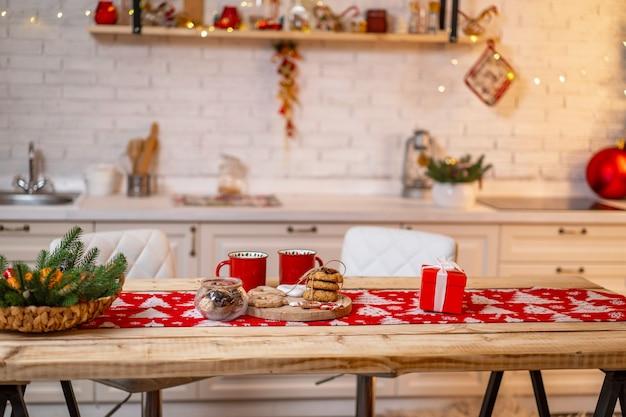 Dekorieren sie das kücheninterieur mit weihnachtsdekor