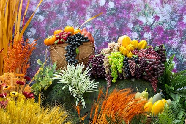 Dekorieren sie künstliche pflanzen und früchte.