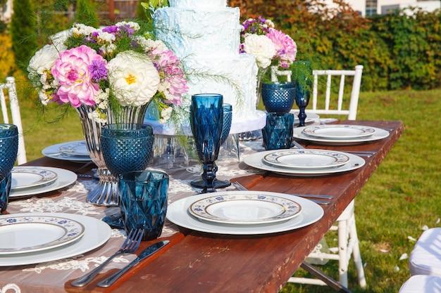 Dekoriert für die hochzeit eleganter esstisch im garten