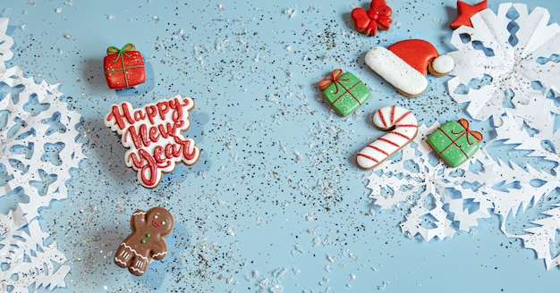Dekoriert mit glasiertem lebkuchen, schneeflocken und konfetti. frohes neues jahr und weihnachtskonzept.