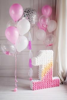 Dekoriert nummer 1 für einen ersten geburtstag und luftballons