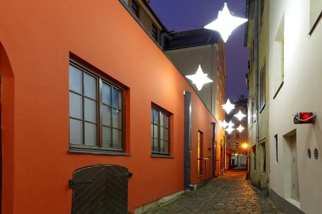 Dekorierte und beleuchtete weihnachtsstraße der altstadt bei nacht, riga, lettland