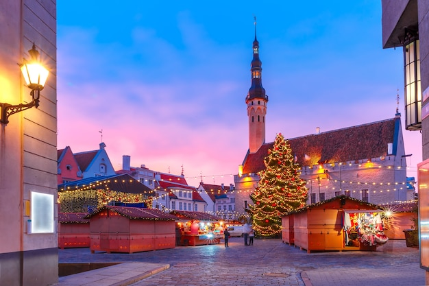 Dekorierter und beleuchteter weihnachtsbaum und weihnachtsmarkt am rathausplatz oder raekoja-platten bei schönem sonnenaufgang, tallinn, estland.