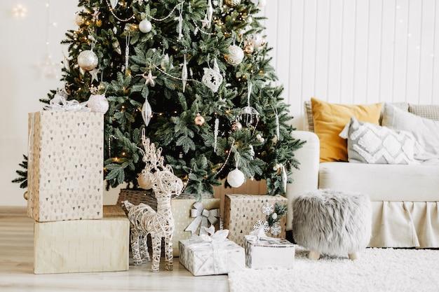 Dekoriertes weihnachtszimmer mit geschenken
