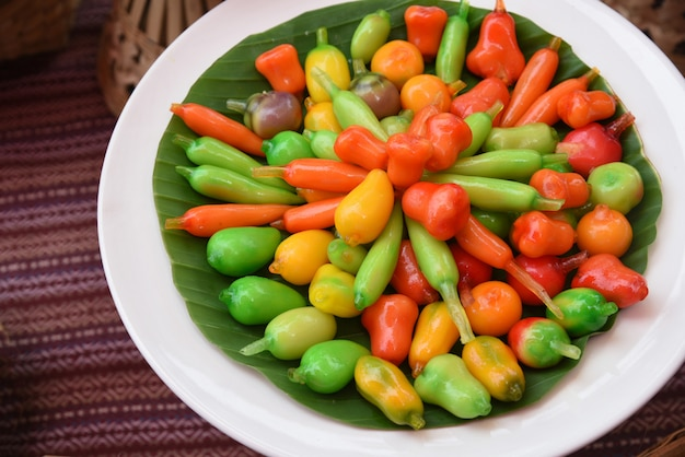 Deletable nachahmungsfrüchte aus thailändischem dessert - kanom-look-choup aus gerührten bohnen, gemischt mit zucker und kokosnuss, überzogen mit glasgelee
