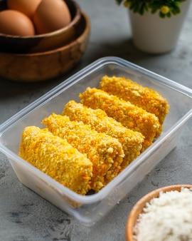 Delicious risoles oder risol mayo ist ein typisch indonesisches traditionelles streetfood aus mehlhaut, fleisch und gemüse, das mit mayonnaise und chilisauce gefüllt wird.
