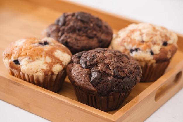 Dellicious hausgemachte muffins auf dem tisch. süßes gebäck