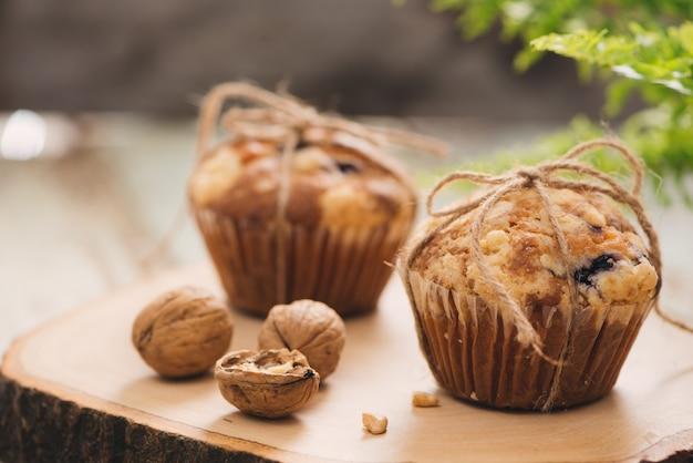 Dellicious hausgemachte nuss-muffins auf dem tisch. süßes gebäck