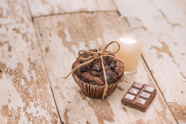 Dellicious hausgemachter schokoladenmuffin auf dem tisch. fertig für den verzehr.