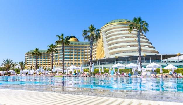 Delphin imperial hotel mit schwimmbad in antalya.