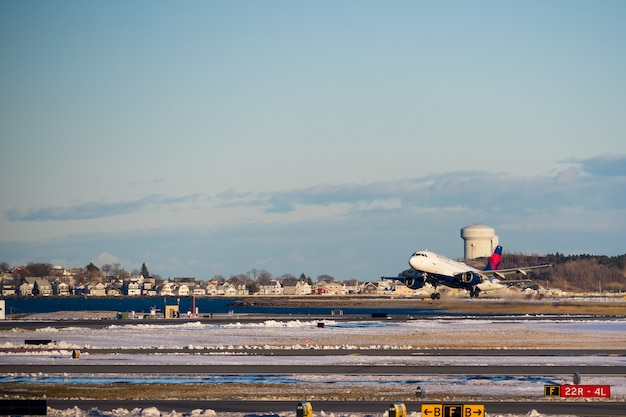 Delta aircraft hebt vom internationalen flughafen boston logan ab