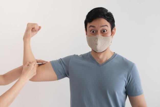 Dem asiatischen mann wird ein impfstoff zum schutz vor viren injiziert. konzept der covid-19-impfung.