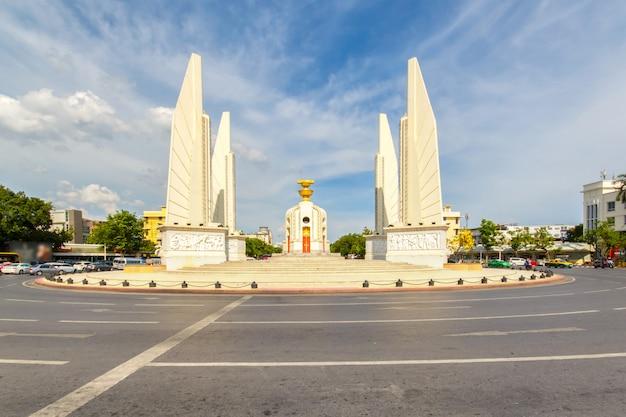 Demokratiedenkmal mit blauem himmel in bangkok, thailand