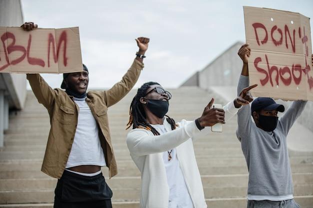 Demonstranten halten transparente unter dem motto der schwarzen bürgerrechtsbewegung