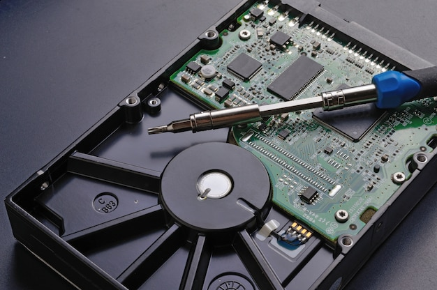 Demontage der festplatte mit einem schraubendreher und reparatur