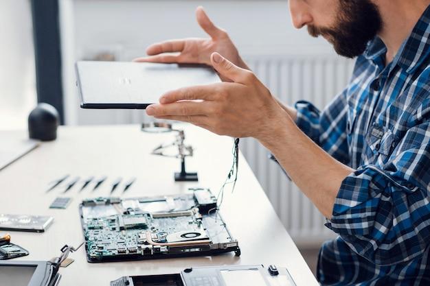 Demontage des computers in der elektronischen reparaturwerkstatt