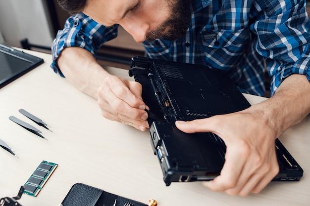 Demontage des laptops durch den mechaniker