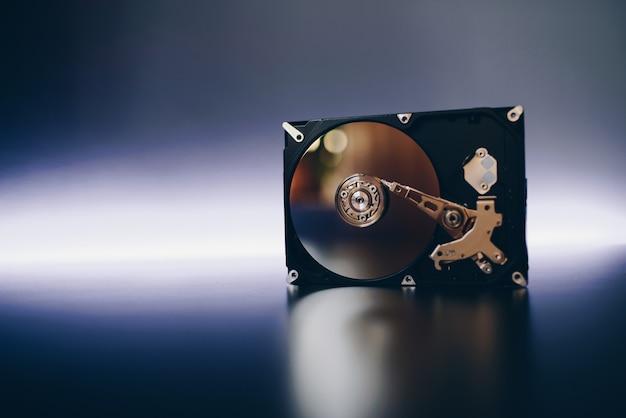 Demontierte festplatte vom computer, festplatte mit spiegeleffekt. geöffnete festplatte von der computer-festplatte mit spiegeleffekten. teil des computer-pcs, laptop