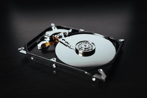 Demontierte festplatte vom computer, festplatte mit spiegeleffekten. teil des computer-pcs, laptop