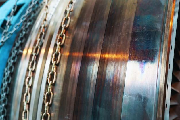 Demontierte gasturbine zur stromerzeugung. details zu rotorblättern und -scheiben