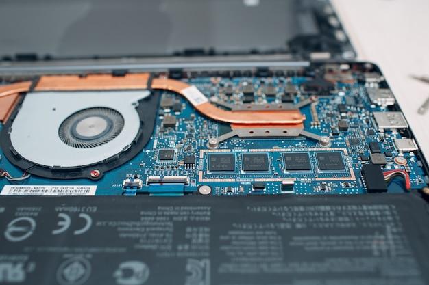 Demontierter laptop mit kühlsystem