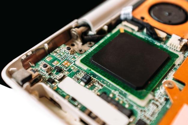 Demontierter laptop-prozessor in betrieb