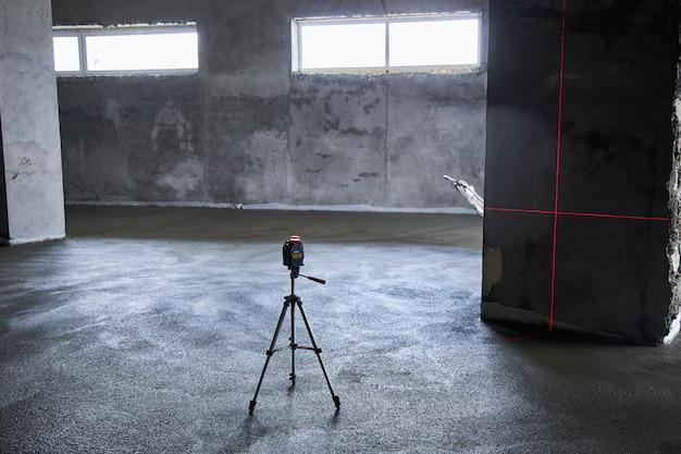 Den boden mit beton füllen, estrich und den boden ausgleichen. glatte böden aus einer mischung von zement und industriebeton