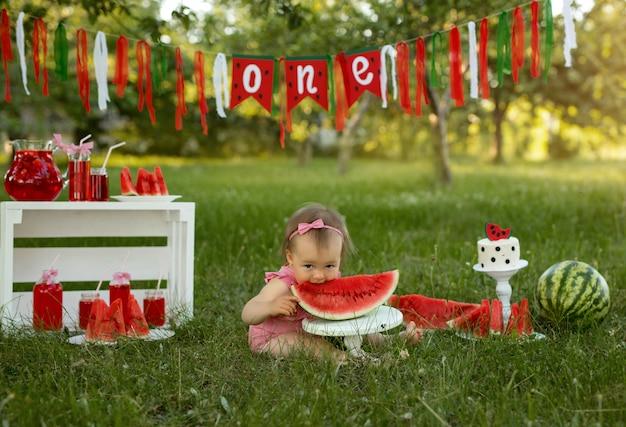 Den ersten kindergeburtstag in der natur mit kuchen und wassermelonen feiern