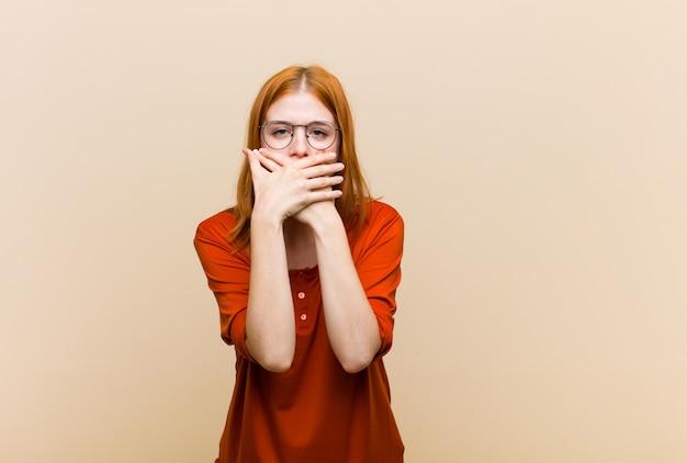 Den mund mit den händen mit einem schockierten, überraschten ausdruck bedecken, ein geheimnis bewahren oder oops sagen