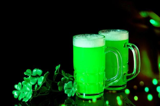 Den st. patrick day feiern. tassen grünes bier