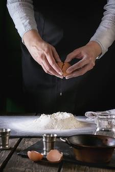 Den teig mit weiblichen händen herstellen