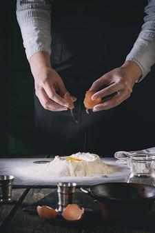 Den teig mit weiblichen händen zubereiten