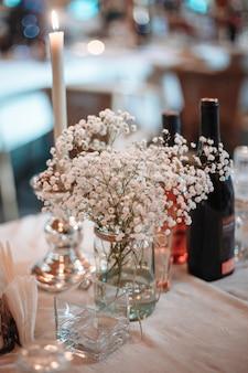Den tisch bei der hochzeitszeremonie servieren.