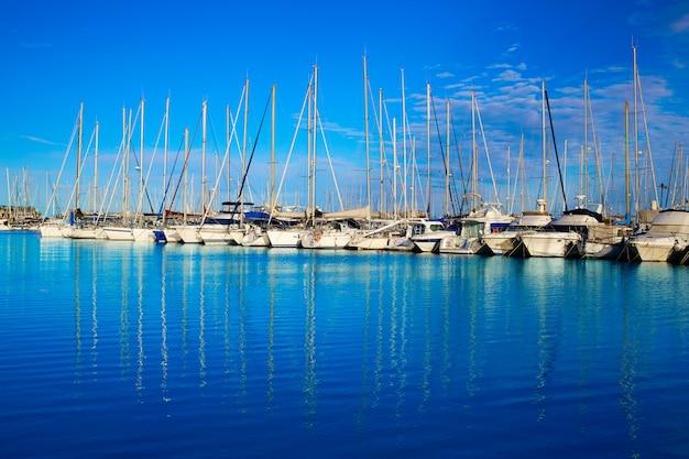 Denia-jachthafenhafen in alicante spanien mit booten