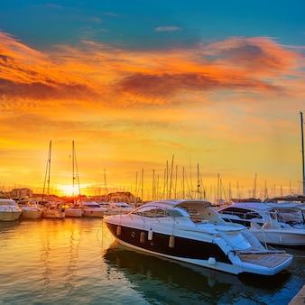 Denia-sonnenuntergang in den jachthafenbooten mittelmeerspanien