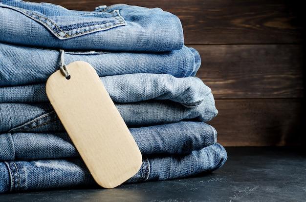 Denim. blue jeans auf schwarzem hintergrund. beschriftung zum schreiben von text. speicherplatz kopieren. das konzept des warenverkaufs im laden.