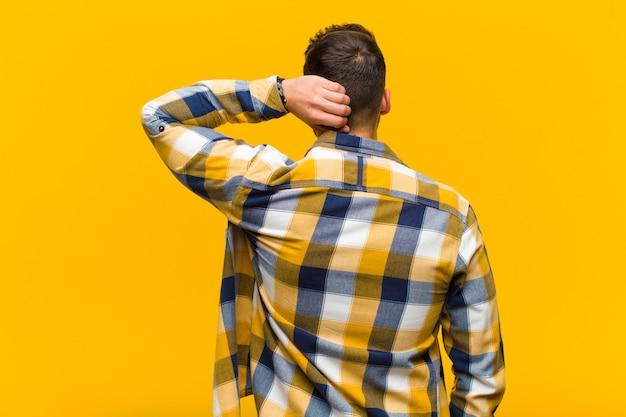 Denken oder zweifeln, kopf kratzen, sich verwirrt und verwirrt fühlen, rück- oder rückansicht