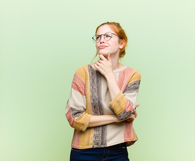Denken, sich zweifelhaft und verwirrt fühlen, mit verschiedenen optionen, sich fragen, welche entscheidung zu treffen ist