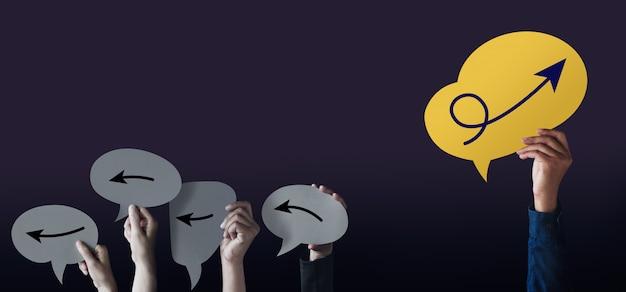 Denken sie an ein anderes konzept. leader individualität. gruppe normaler personen mit der gleichen richtung zwischen einer einzigartigen person mit pfeil nach oben auf der sprechblasen-karte
