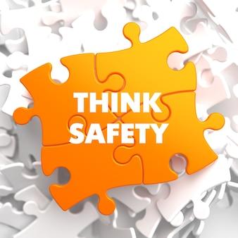 Denken sie an sicherheit bei orange puzzle bei weiß.