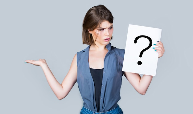 Denkende frau. mädchenfrage. antworten bekommen, nachdenken. fragezeichen, symbol. konzept - herausforderndes thema, auf der suche nach der antwort. frau mit zweifelhaftem ausdruck und fragezeichen. speicherplatz kopieren.