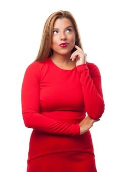 Denkende frau mit rotem kleid