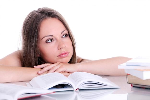 Denkende studentin am schreibtisch