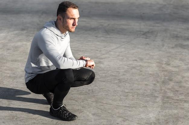 Denkender athletischer mann, der weg schaut