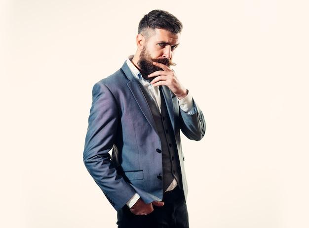 Denkender geschäftsmann geschäftserfolg nachdenklich intelligenter erfolgreicher bärtiger geschäftsmann in elegantem anzug